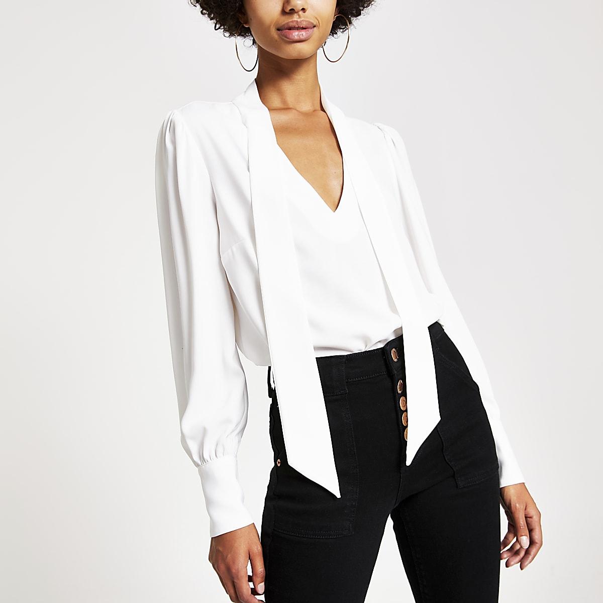 Witte blouse met strik bij de hals en lange mouwen