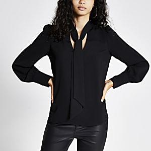 Schwarze, langärmelige Bluse mit Bindeband am Ausschnitt