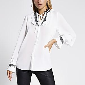 Witte blouse met kant en strik bij de hals