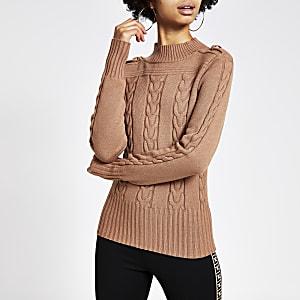 Brauner Pullover mit Zopfmuster und hohem Kragen