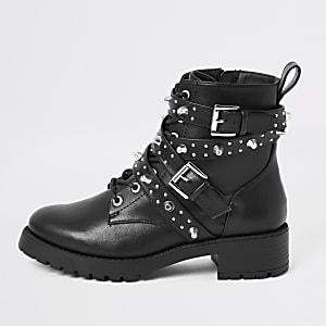 Schwarze Stiefel mit Schnürung, Nieten und Schnalle