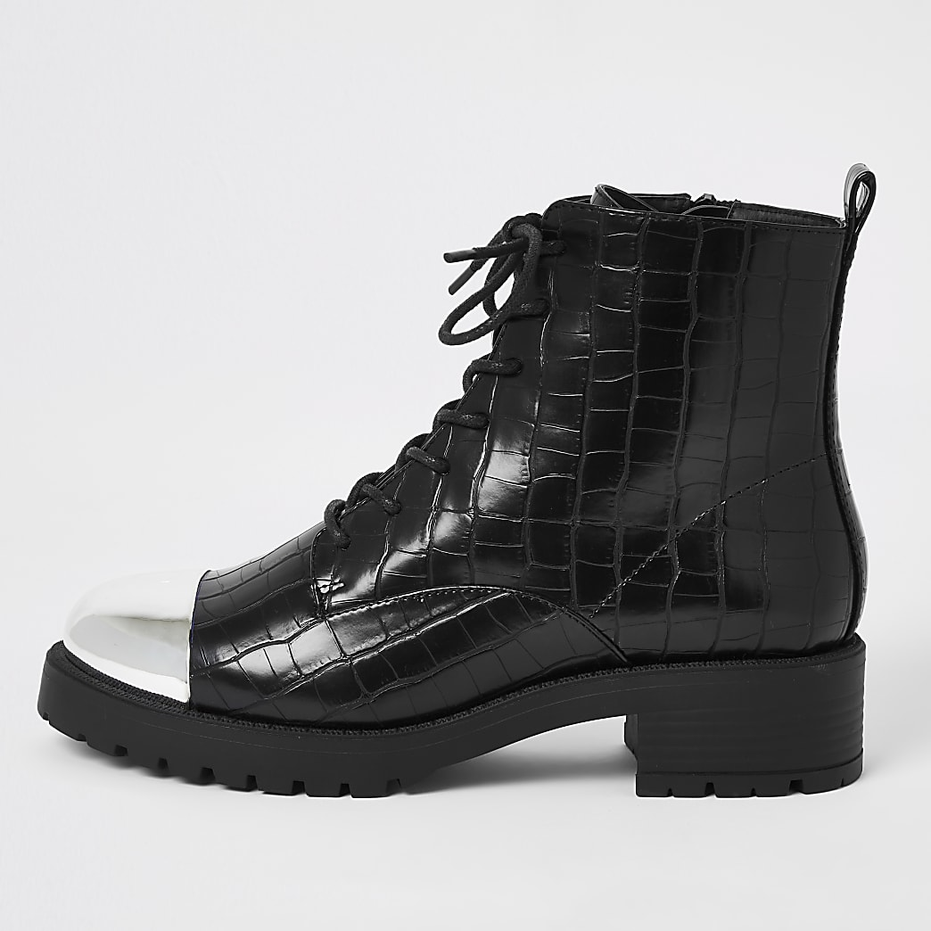 Zwarte laarzen met vetersluiting en krokodillenprint in reliëf