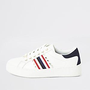 Weiße, nietenverzierte Sneakers