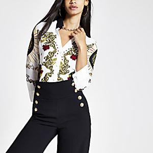 Wit aansluitend overhemd met V-hals en lange mouwen