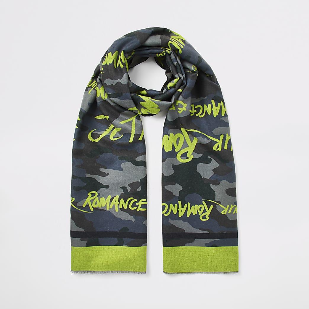 Donkergroene sjaal met camouflageprint en slogan