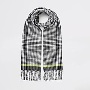 Zwarte geruite sjaal met kwastjes aan de zoom
