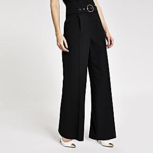 Schwarze Hose mit Gürtel und weitem Bein