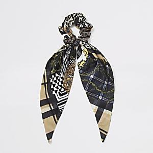 Bruine scrunchie met sjaalprint