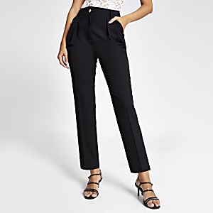 Pantalon carotte noir plissé sur le devant