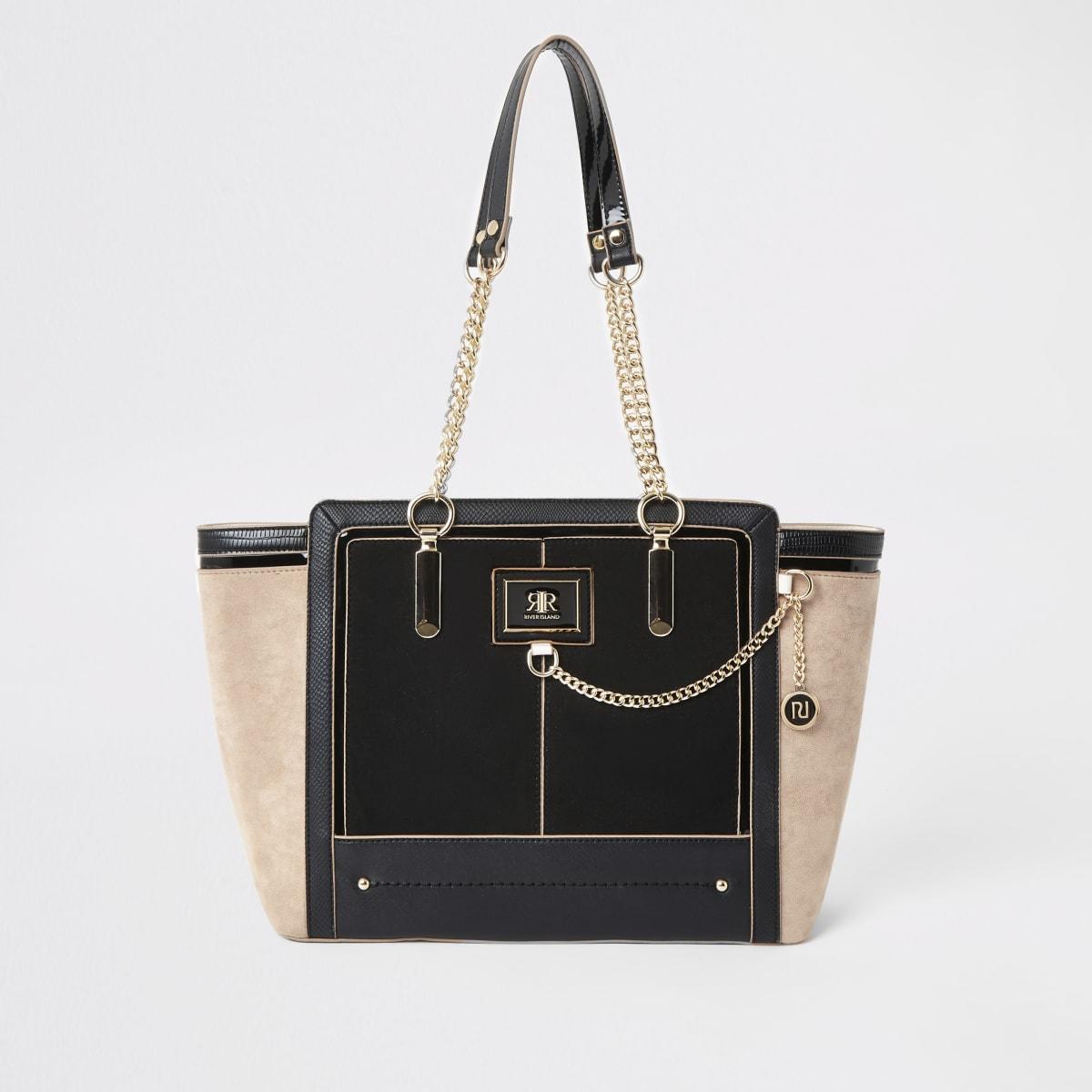 Zwarte handtas met zij-inzetten en ketting aan de voorkant
