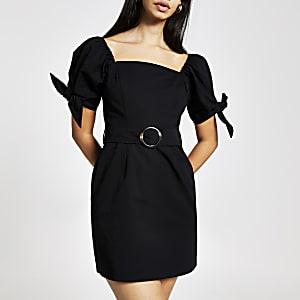 Schwarzes Kleid mit Puffärmeln und Gürtel