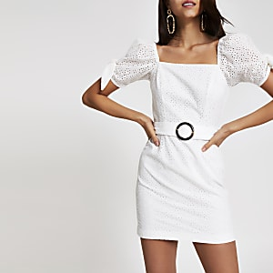 Robe en broderie anglaise blanche à manches bouffantes