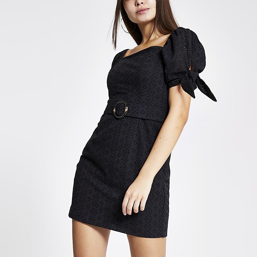 Zwarte broderie-jurk met pofmouwen