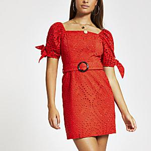 Robe rouge à broderie anglaise avec ceinture et manches bouffantes
