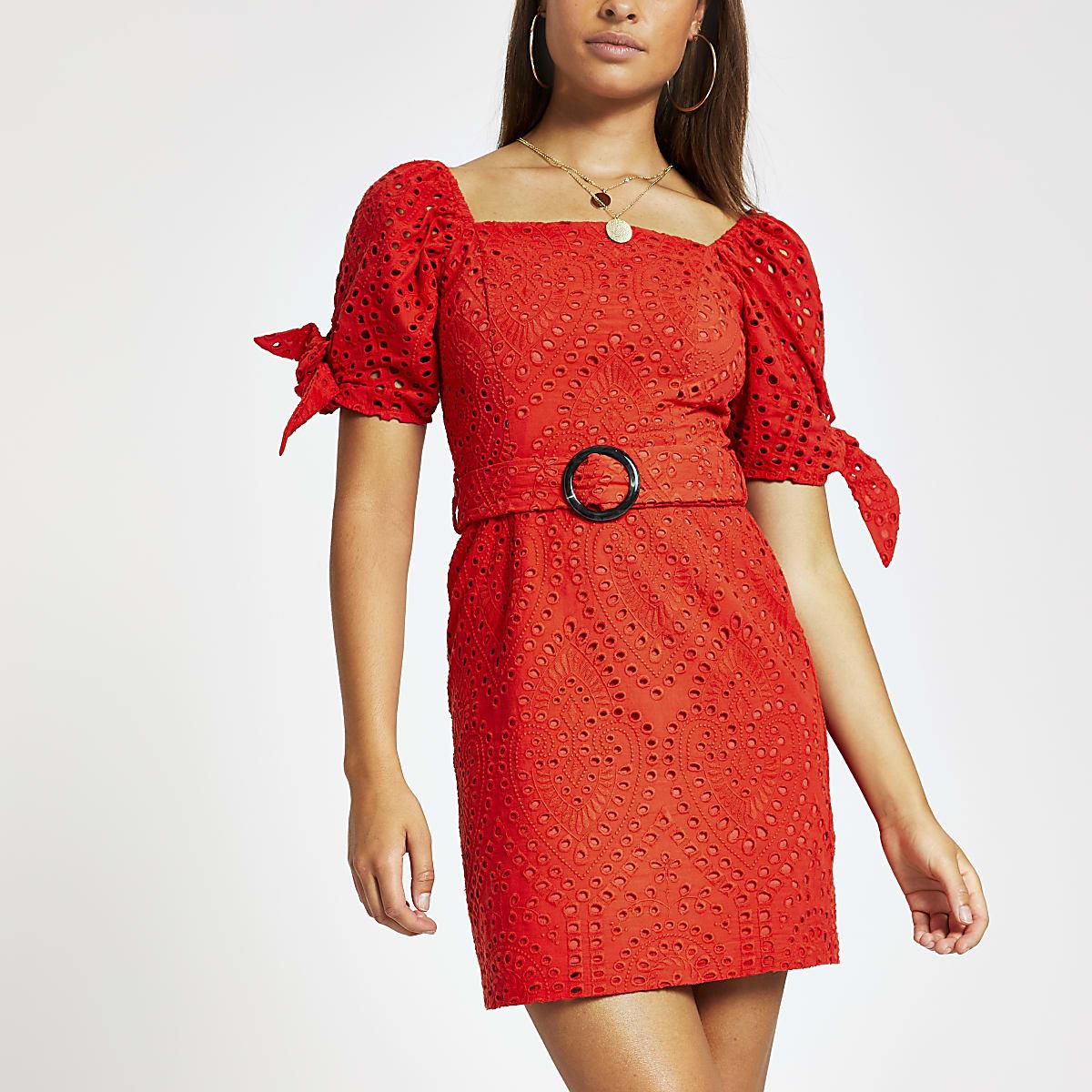 Rode geborduurde jurk met ceintuur en pofmouwen