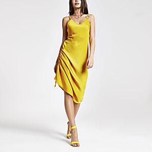 Gelbes, seitlich gerafftes Kleid