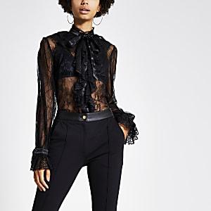 Gerüschte Bluse aus schwarzer Spitze