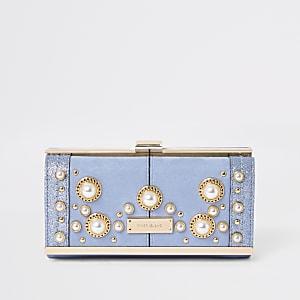 Hellblaue Geldbörse mit Perlenverzierung und Clipverschluss