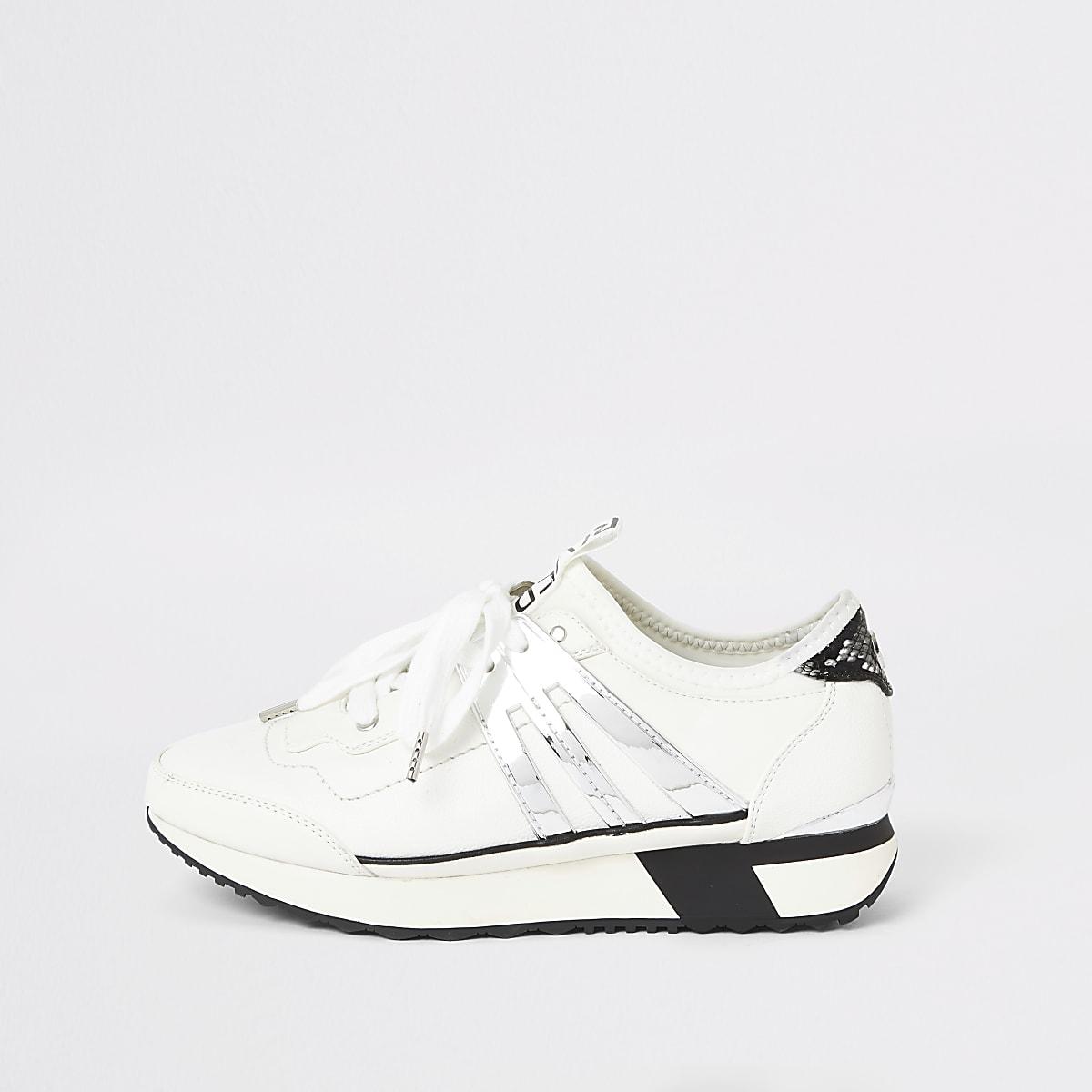 Witte elastische sneakers met vetersluiting
