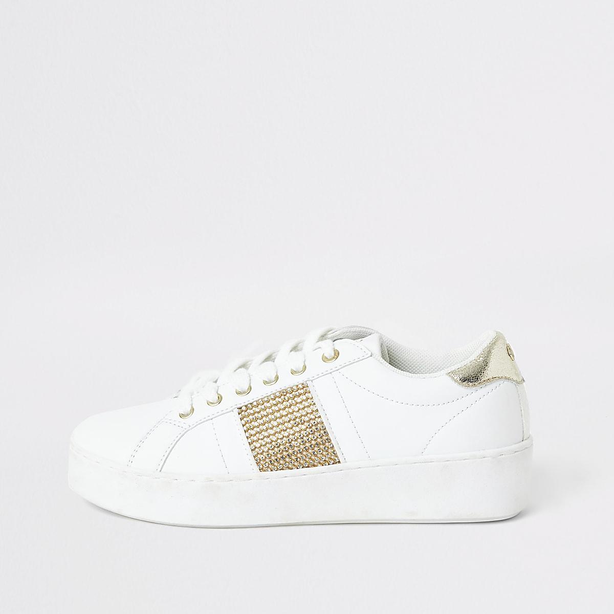 Witte sneaker met strepen van siersteentjes aan de zijkant