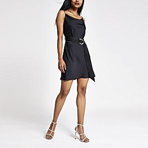 Petite – Schwarzes Kleid mit Wasserfallkragen