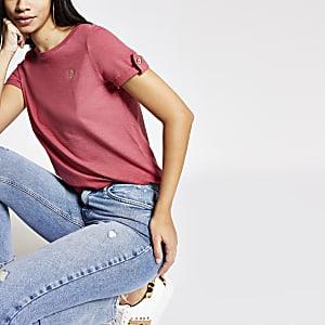 T-shirt rouge à broderie RI et manches roulées