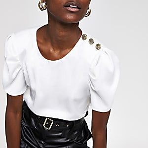 Weißes T-Shirt mit Knopfdesign an der Schulter