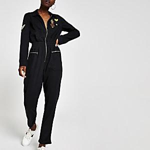 Schwarzer, bestickter Anzug