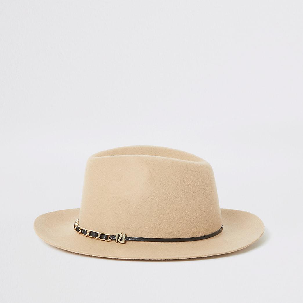 Beigefarbener Fedora-Hut mit Kette am Rand