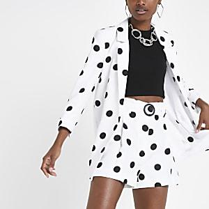 Witte short met stippen en riem