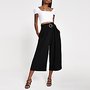 Kurze, schwarze Hose mit weitem Bein