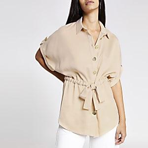 Chemise rose clair nouée à la taille