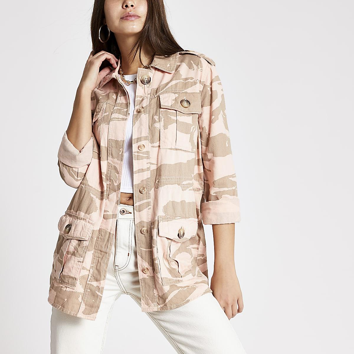 Roze aansluitende shacket met lange mouwen en camouflageprint