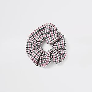 Roze scrunchie met pied-de-poule-motief