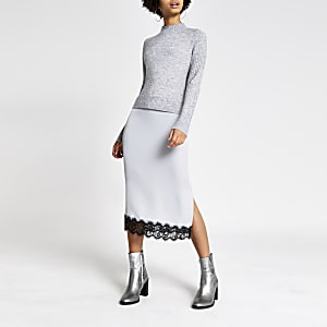 Robe pull mi-longue grise en satin avec bordure en dentelle