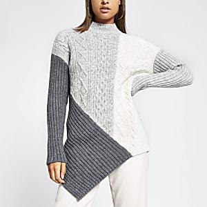 Grauer Pullover in Blockfarben mit Rollkragen und Zopfstrickmuster