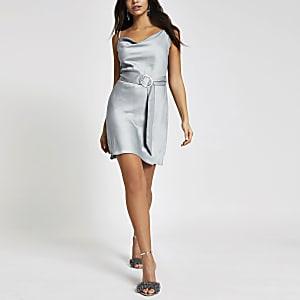 Blaues Kleid mit Wasserfallkragen und Gürtel