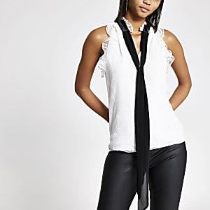 Witte blouse met strik bij de hals en franje