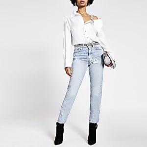 Mittelblaue Mom-Jeans mit Gürtel