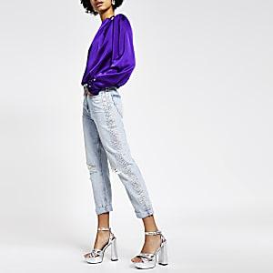 Hellblaue Mom-Jeans mit Strassbesatz an der Seite