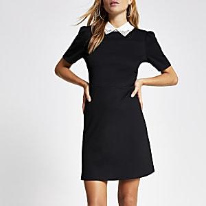Zwarte mini-jurk met versierde kraag