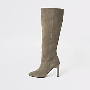Graue, kniehohe Stiefel mit Absatz aus Wildleder