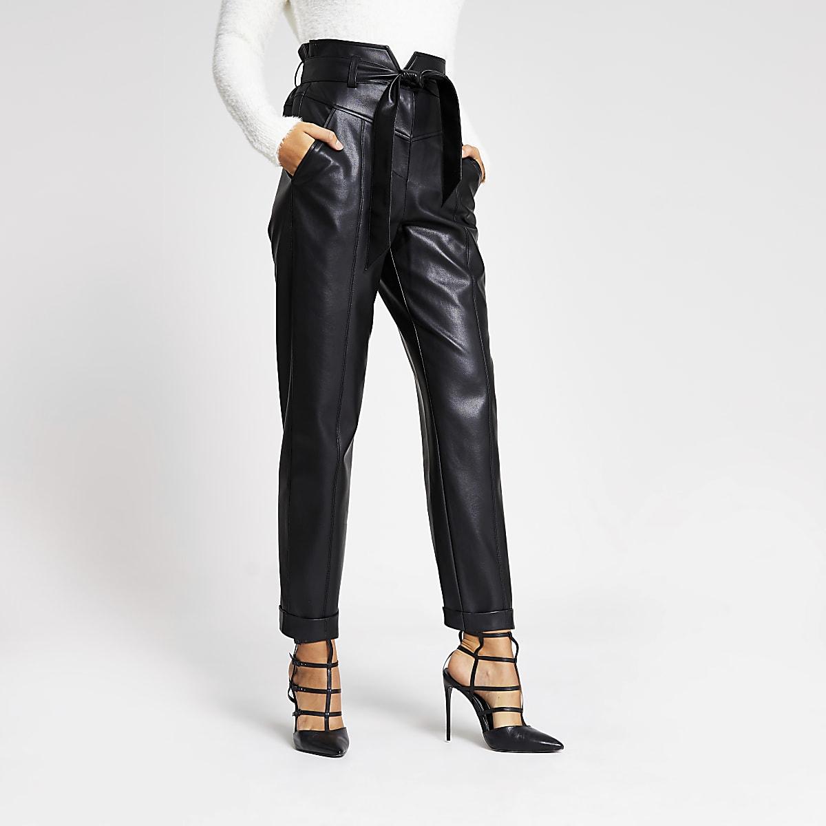 Zwarte smaltoelopende broek van imitatieleer met corsettaille