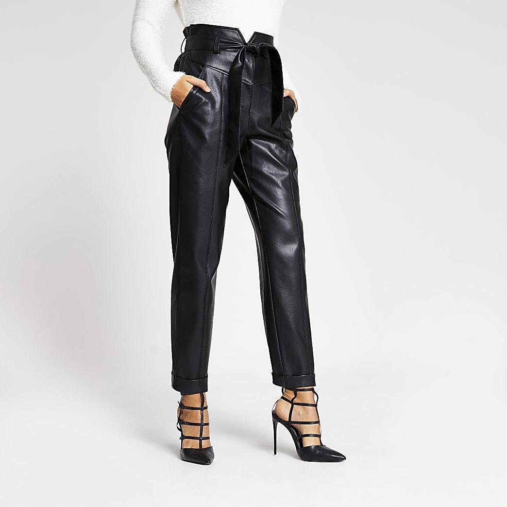 Pantalon carotte à taille corsetéeen cuir synthétique noir