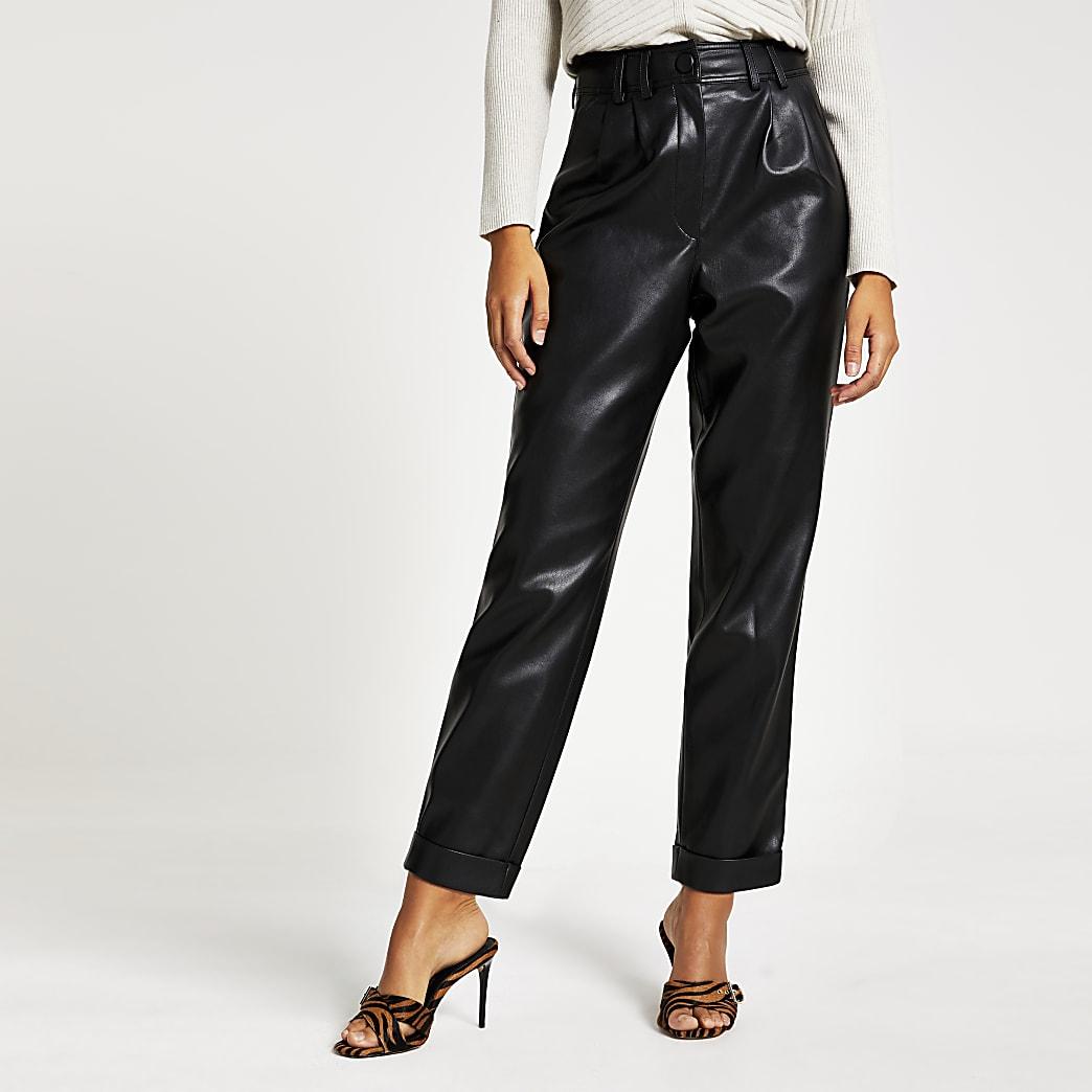 Zwarte smaltoelopende broek van imitatieleer met hoge taille