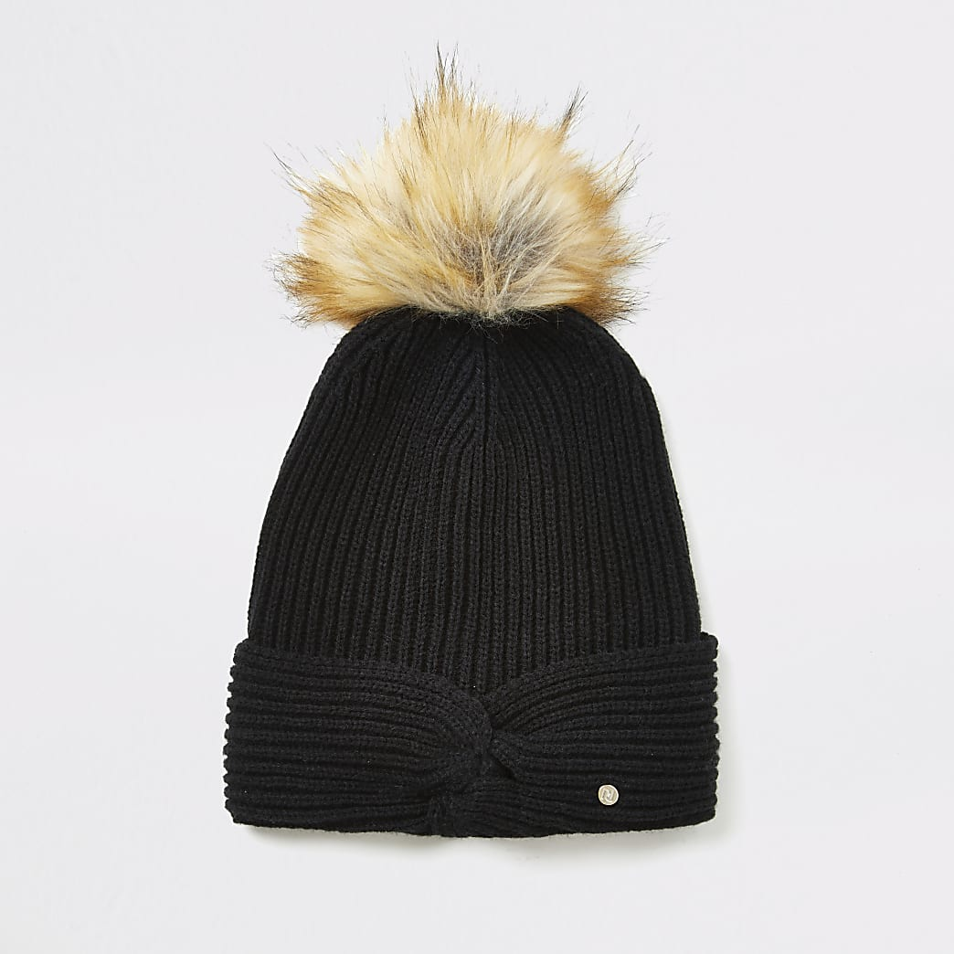 Bonnet noir en tricot nouésur le devant