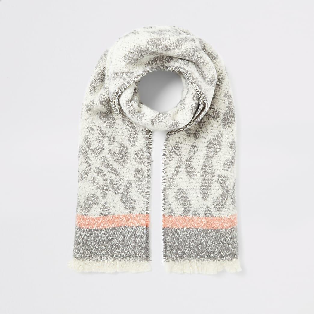 Grijze gebreide sjaal met luipaardprint