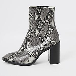 Bottes chaussettes à talons grises en cuir imprimé peau de serpent