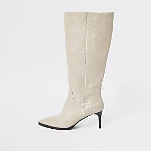 Kniehohe, spitz zulaufende Stiefel in Grau mit Krokoprägung