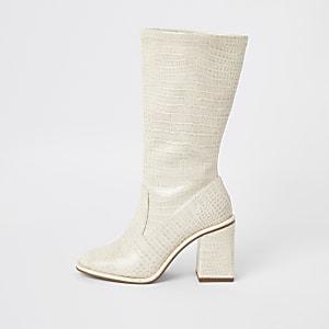 Crèmekleurige laarzen tot kuithoogte met krokodillenreliëf